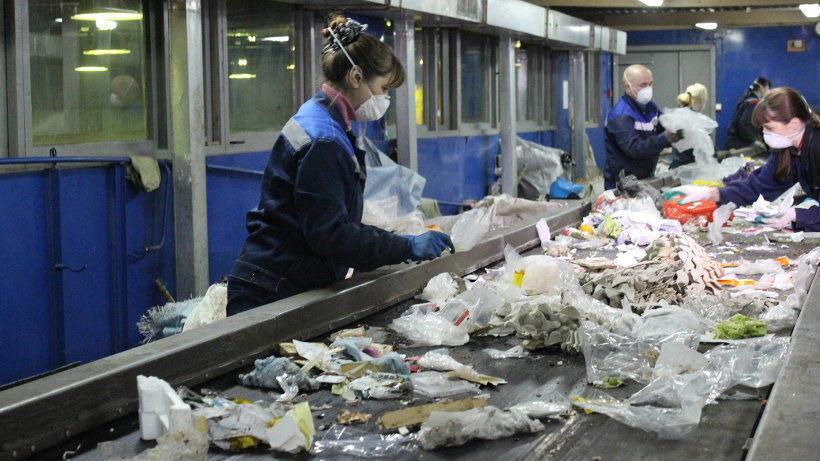 Ручная сортировка мусора на Архангельском мусороперерабатывающем комбинате
