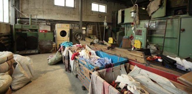 Перед переработкой одежда сортируется и стирается
