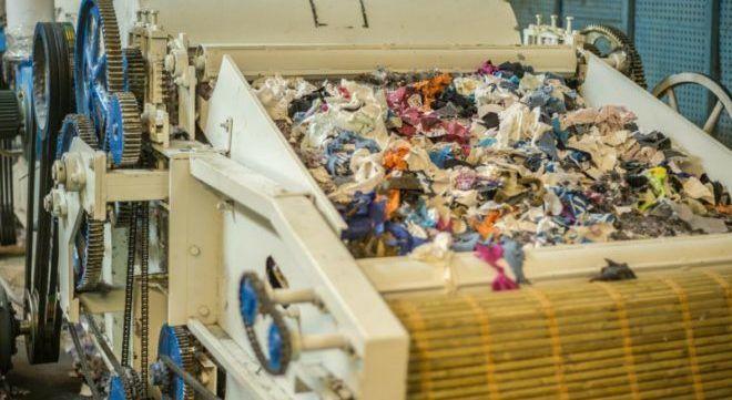 Процесс переработки одежды
