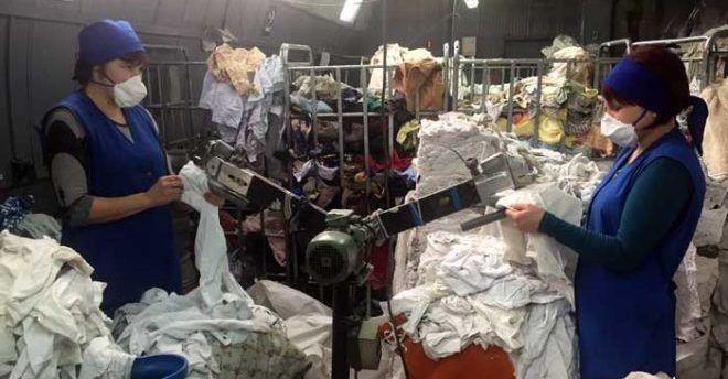 Сортируют одежду на переработку