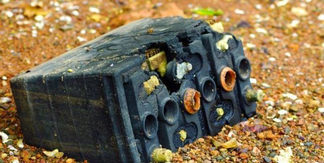 Старая батарея на земле