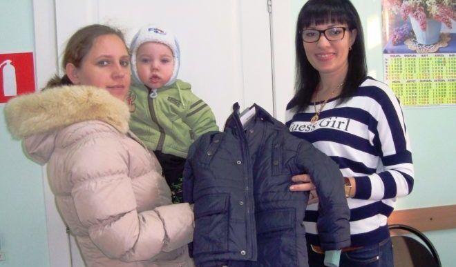 Выдача одежды беженцам