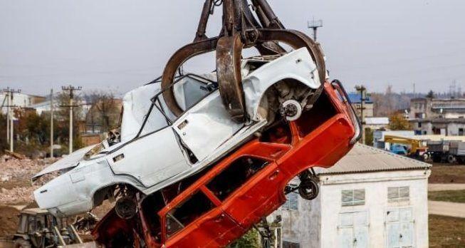 Старый автомобиль в утиль