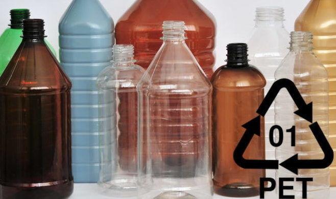 Пластиковые бутылки и знак ПЭТ тары