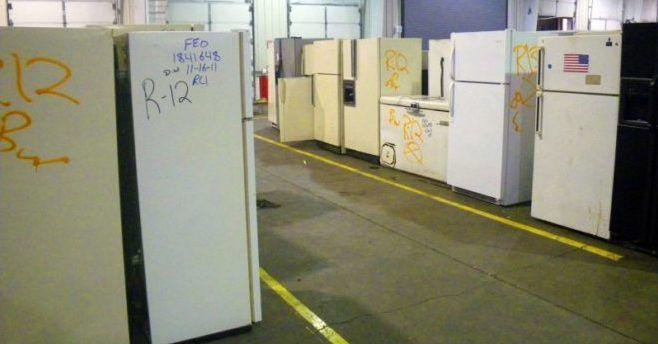 Склад старых холодильников