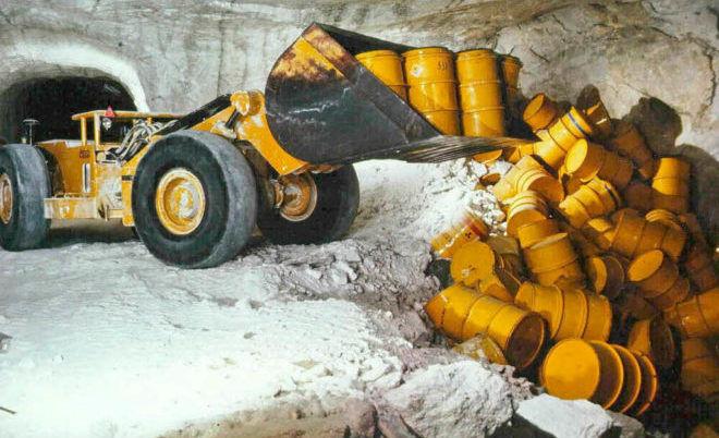 В основном радиоактивный мусор закапывают, а иногда хранят на земле в контейнерах