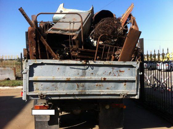 На фото показано, как запрещается перевозить металлолом